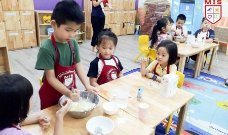 Trường học kết nối – MIS 5+ làm bánh với Xuân Đỉnh A